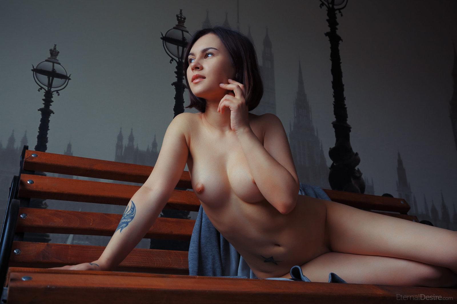 Детка на скамеечке