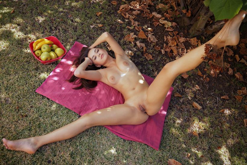 Детонька с яблоком