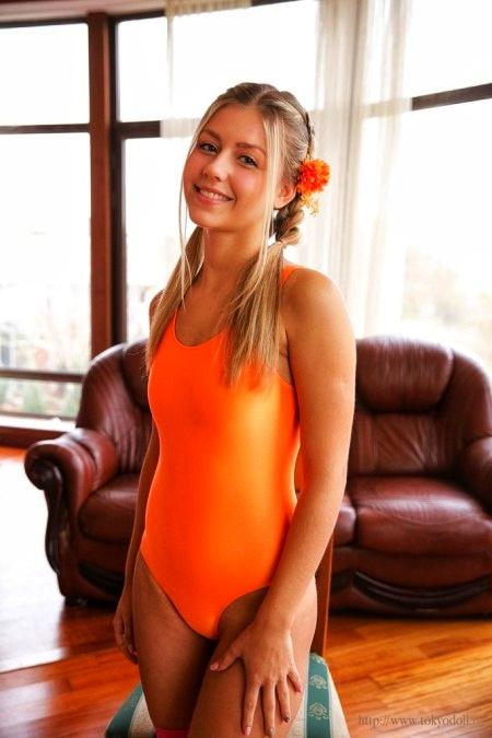 Малышка KLARA в оранжевом купальнике