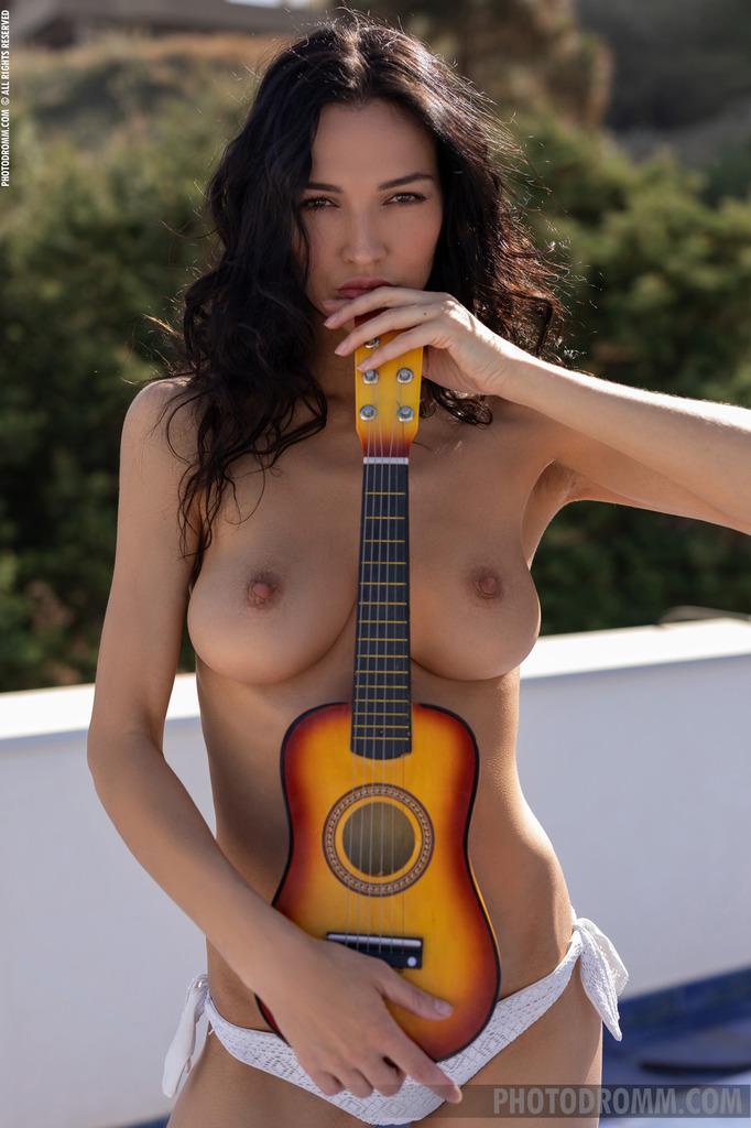 Молоденькая Девочка с гитарой