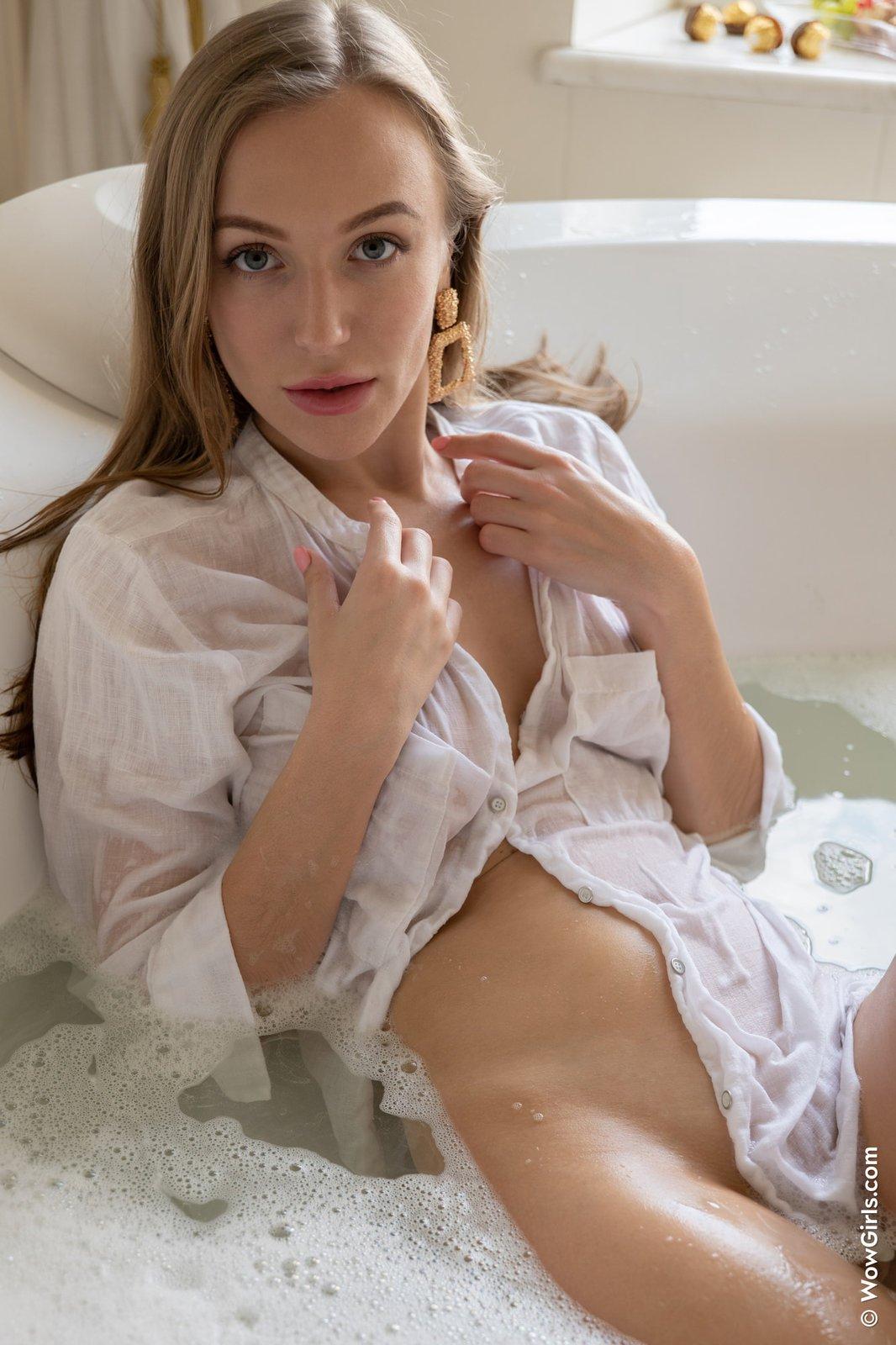 Сексуальная блондинка в мокрой рубашке