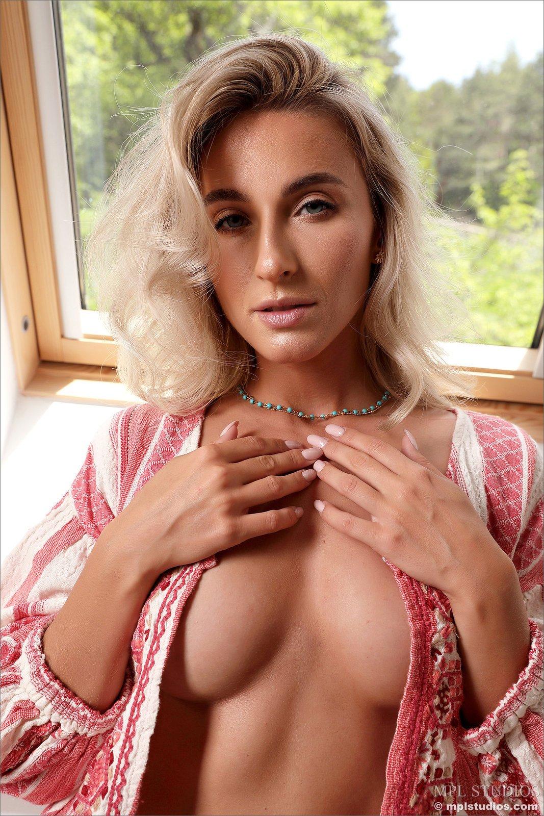 Стриптиз от сексуальной блондинки
