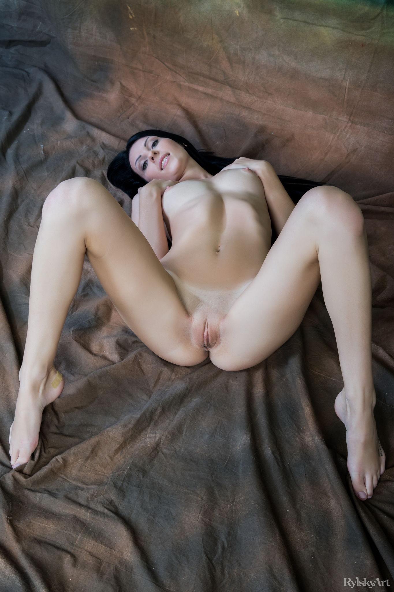 tolstim-molodaya-bryunetka-poziruet-porno-igri-muzha-zheni