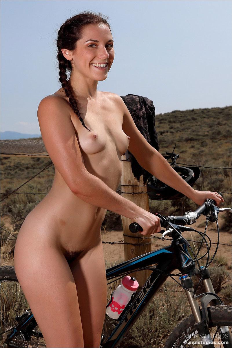 Велосипедистка возбудилась