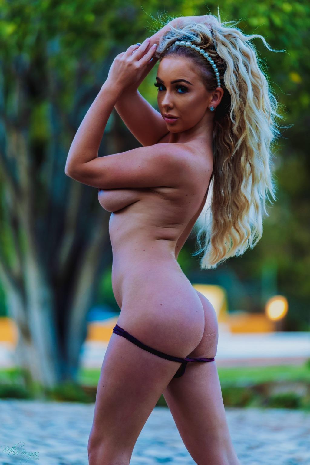 Загорелая блондинка