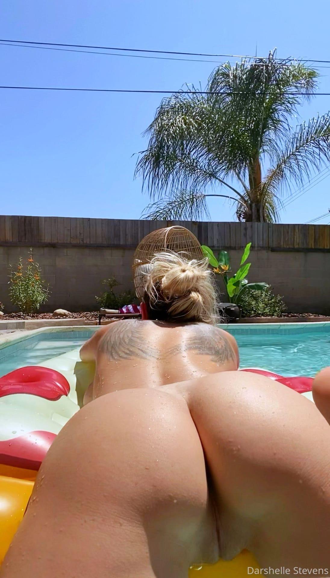 Darshelle Stevens в бассейне