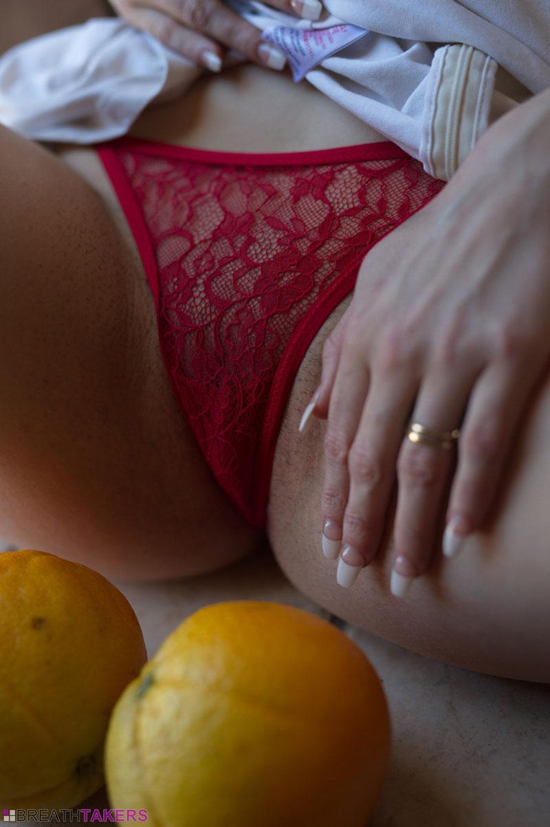 Девочка и апельсинчики