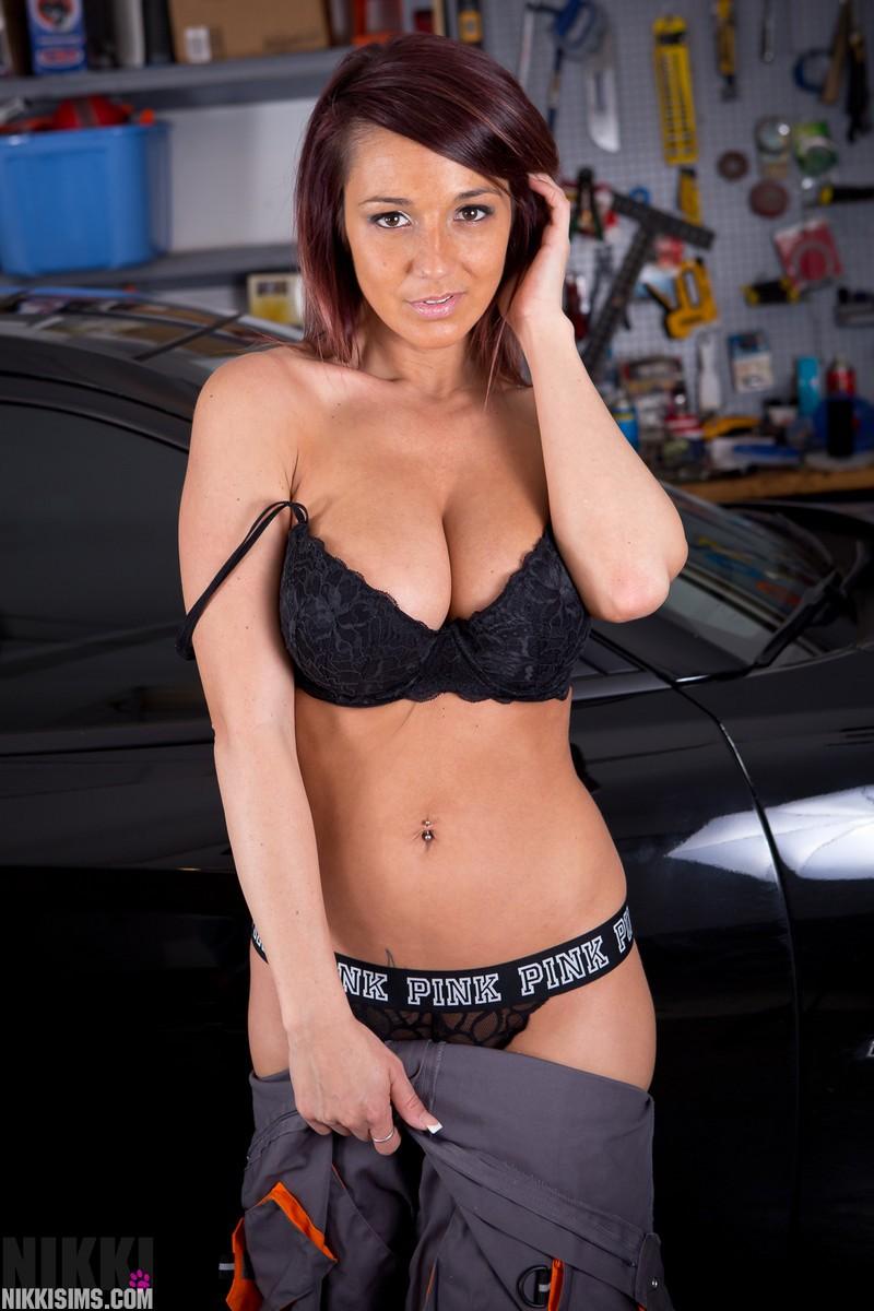 Девушка автомеханик