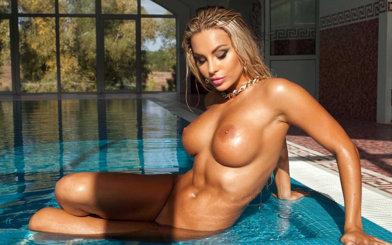 изящная блондинка с большими упругими сиськами возле бассейна - 5