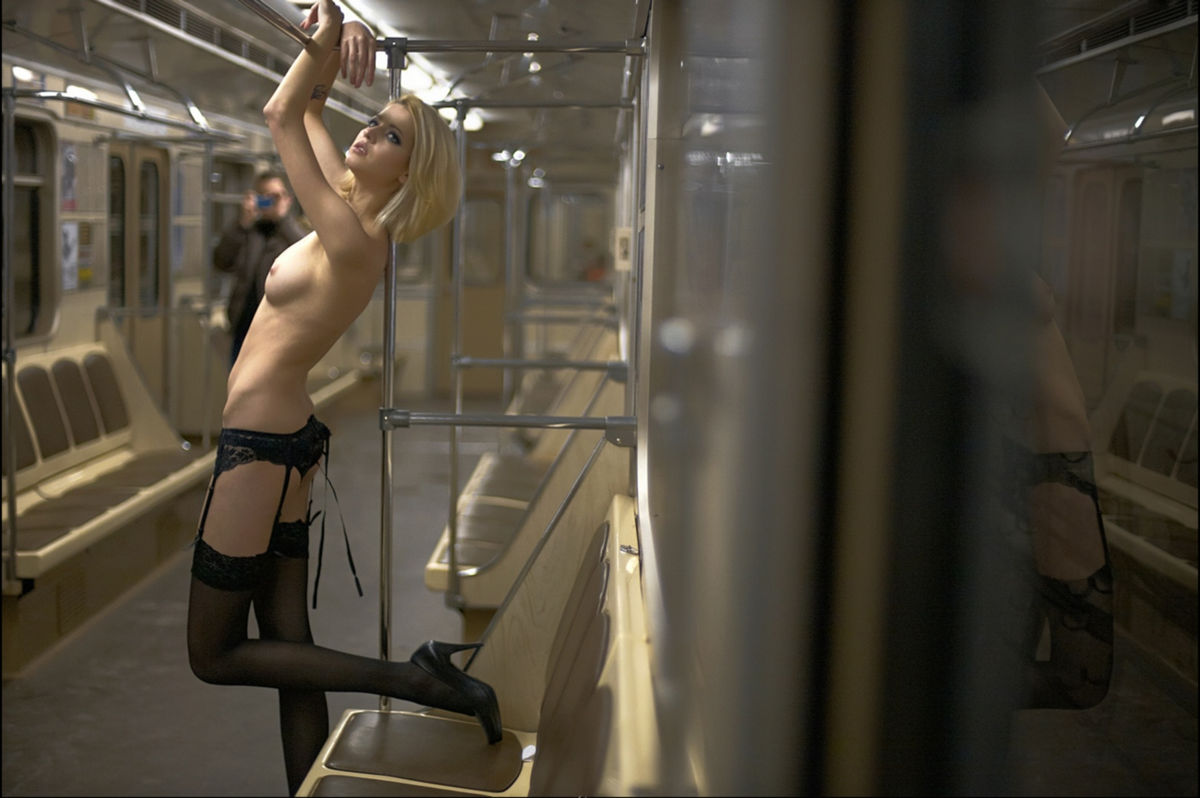 голые девушки в московском метро что