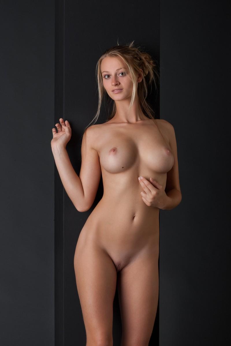 любит слушать стройные красивые и голые девушки зеркала