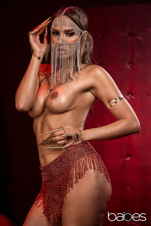 Горячая танцовщица
