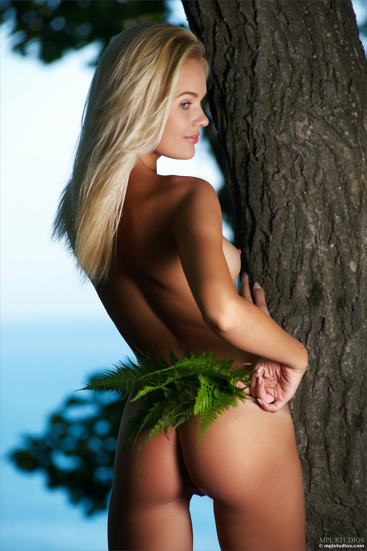 Хорошенькая блондинка в лесу у моря