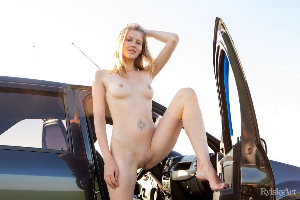 Любительница автомобилей