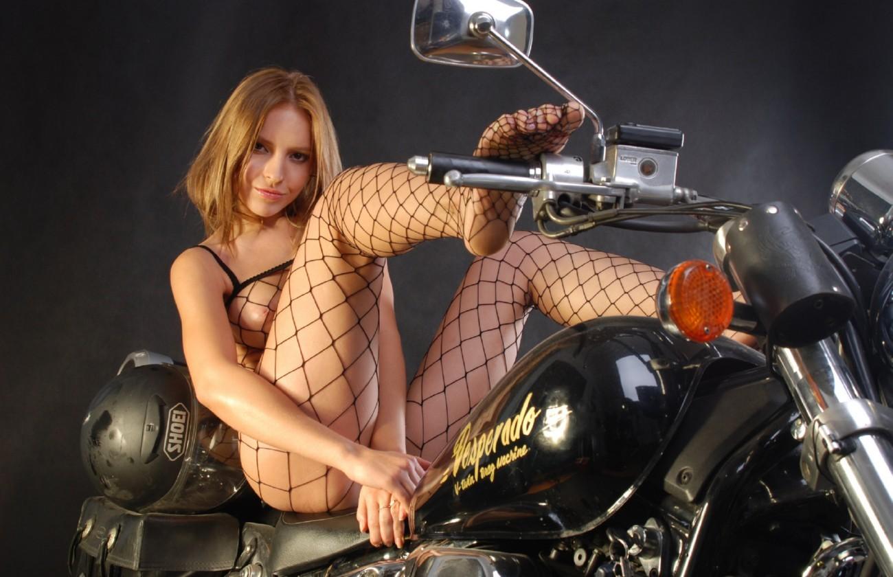 devku-imeyut-fotosessiya-prostitutok-na-mototsikle