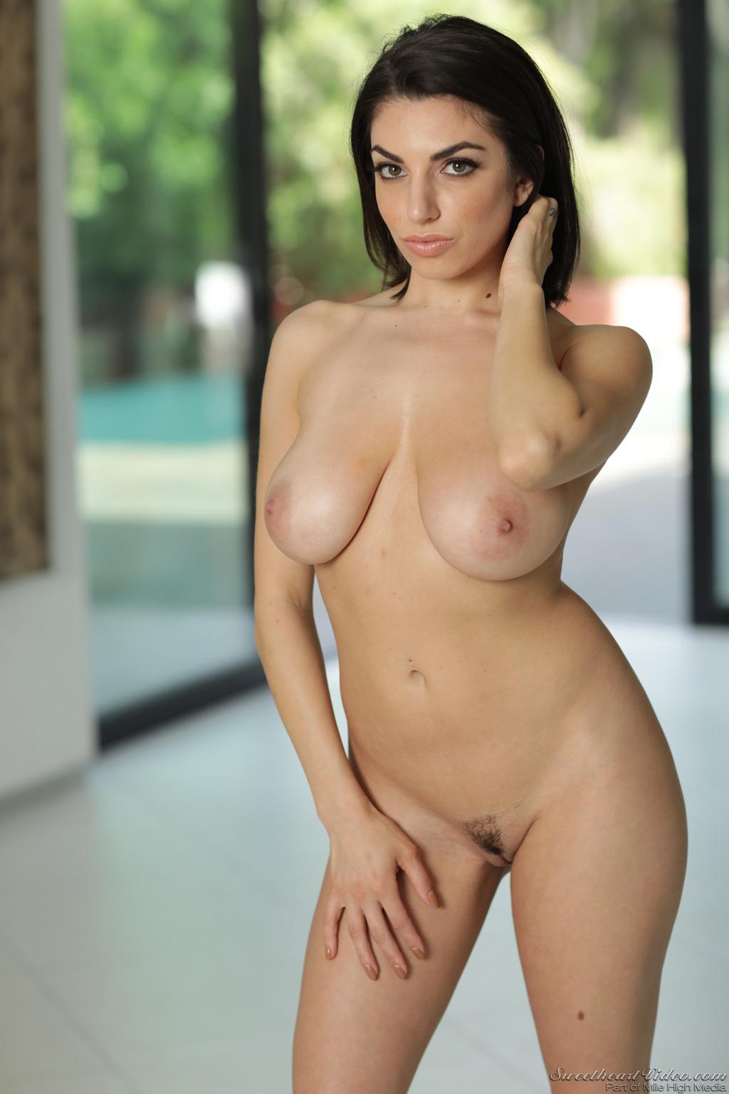 Шалунишка с сочной грудью