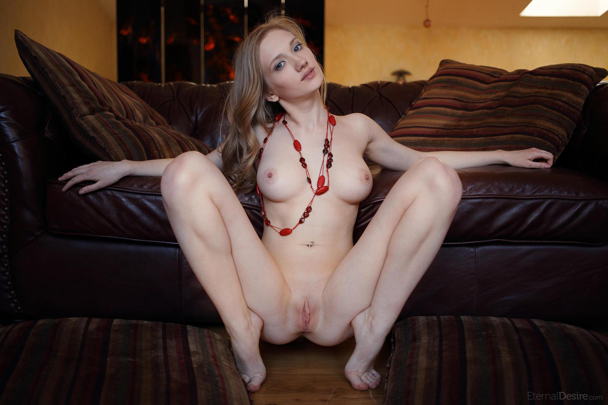 porno-porno-belie-blednie-siski-lizhet-zad