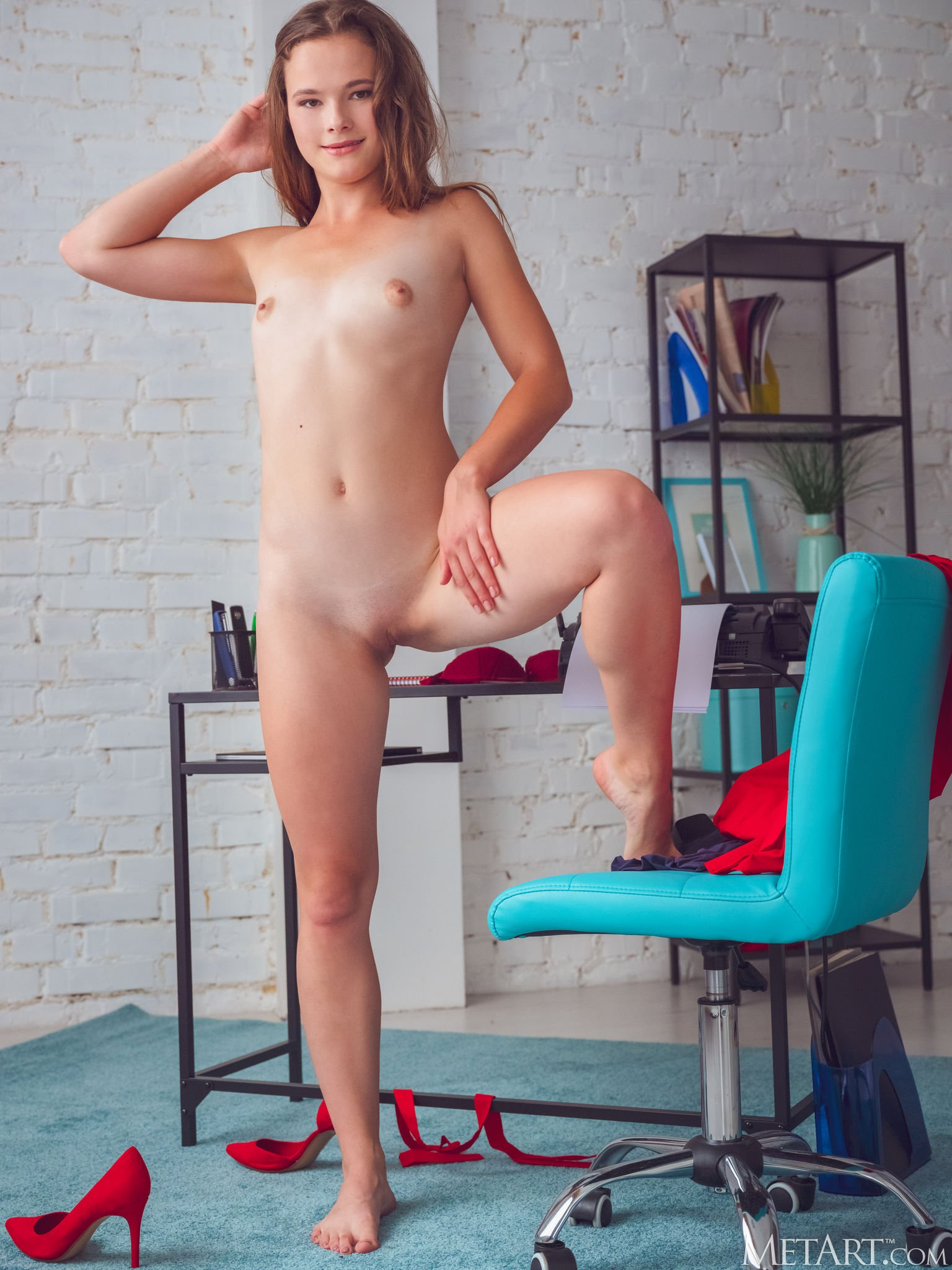 Молодая секретарша оголила стройное тело