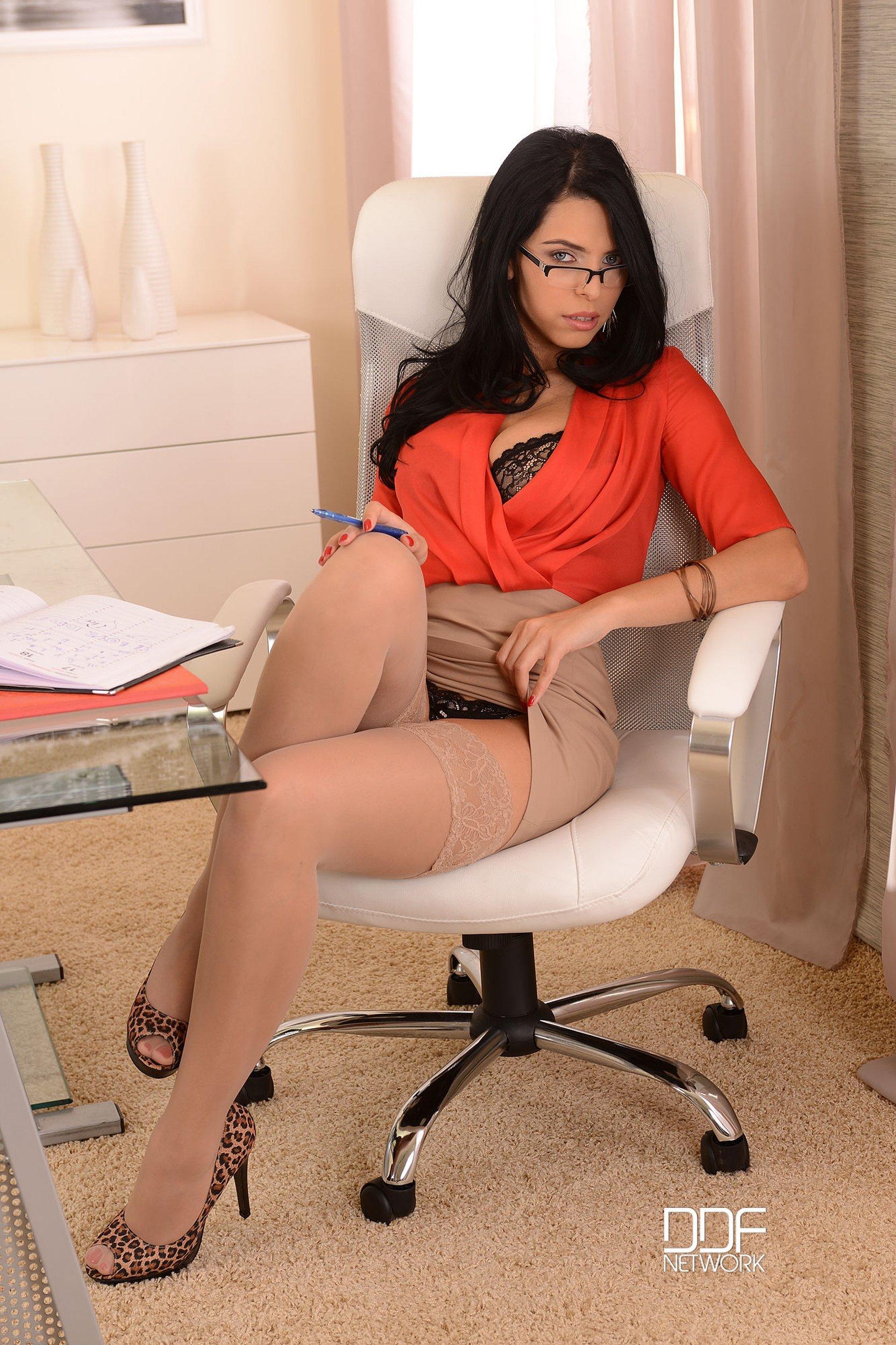 Похотливая секретарша в чулках и нижнем белье