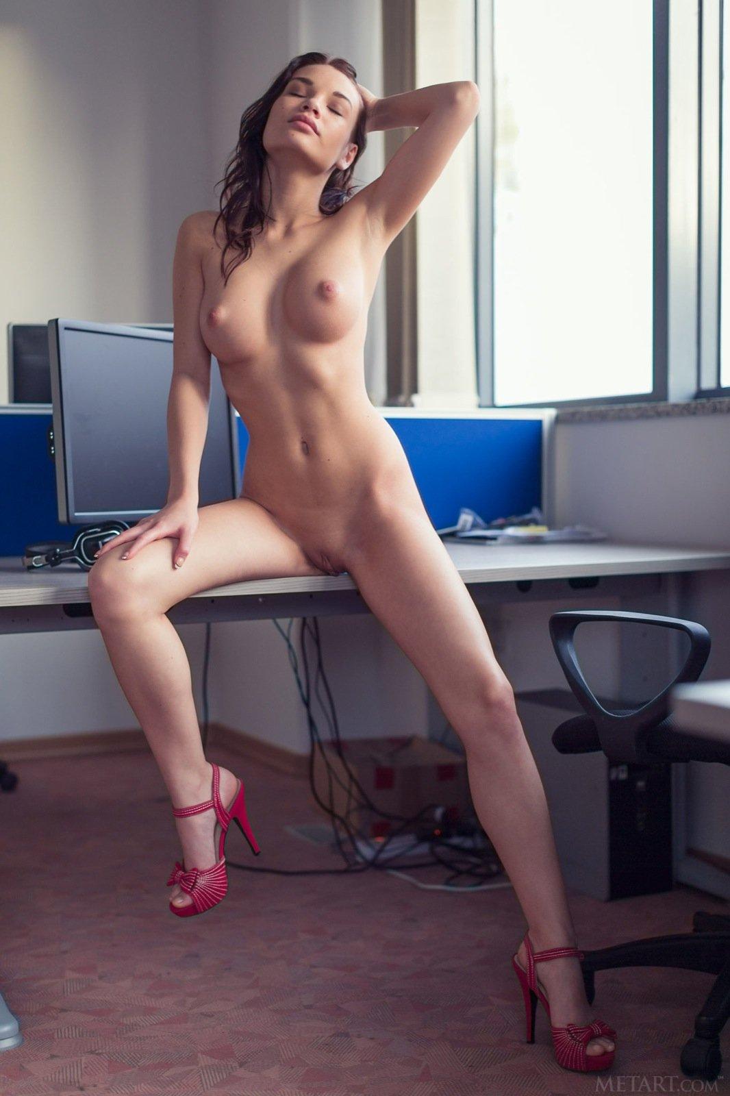 Разделась прямо на рабочем столе