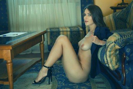 Секретарь развлекается в кабинете
