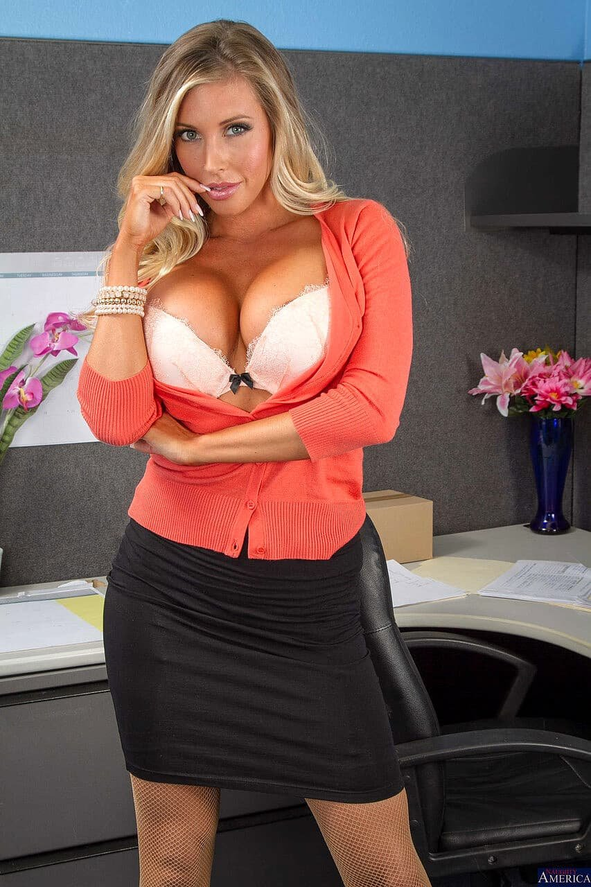 Секретарша флиртует на работе