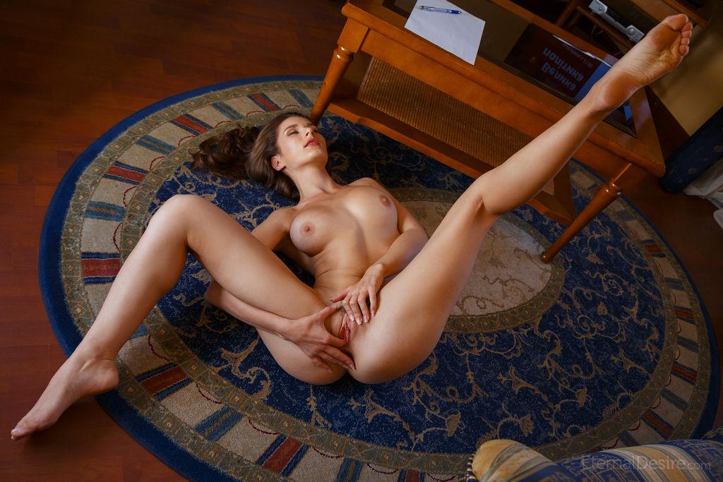 Полные девушки раздеваются до гола и раздвигают ноги