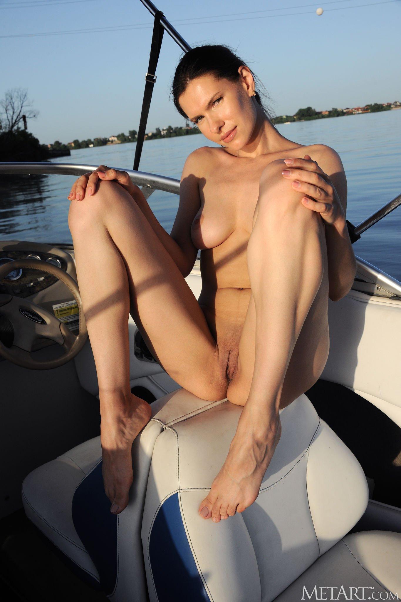 Голая девка катается на катере