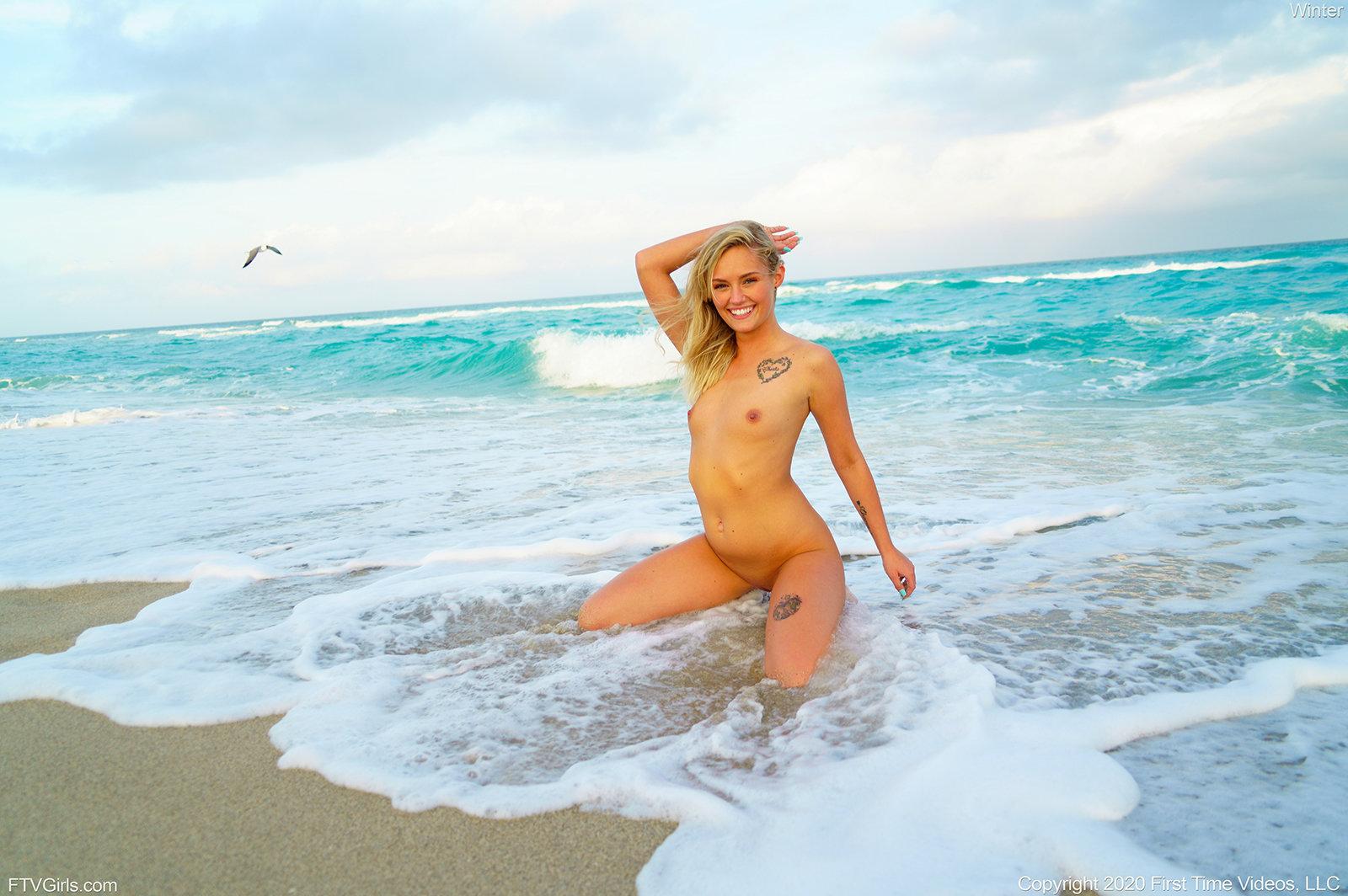 Блондинка в океане