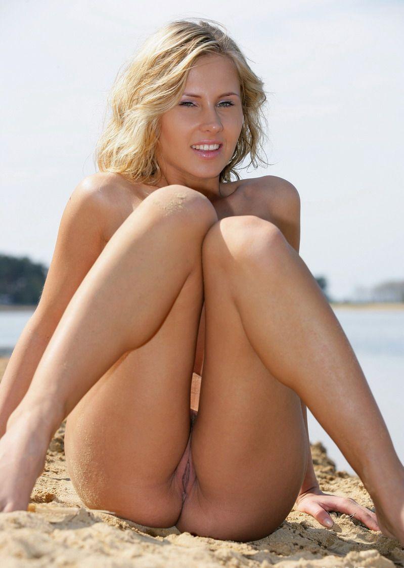 Классная блондинка на отдыхе