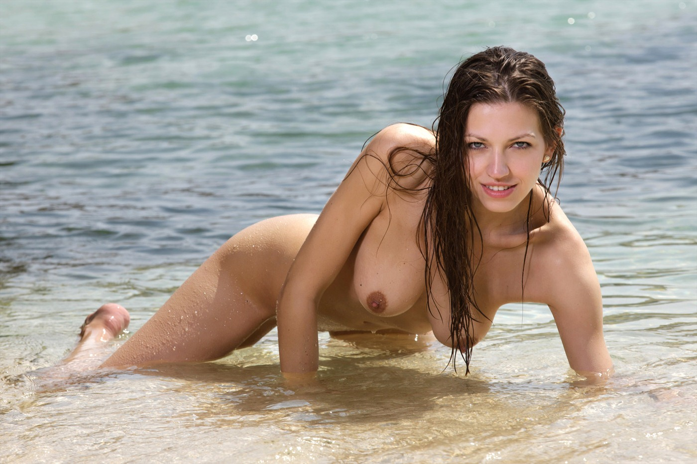 Эротические девушки в купальниках, Девушки в прозрачных купальниках на пляже 20 фотография