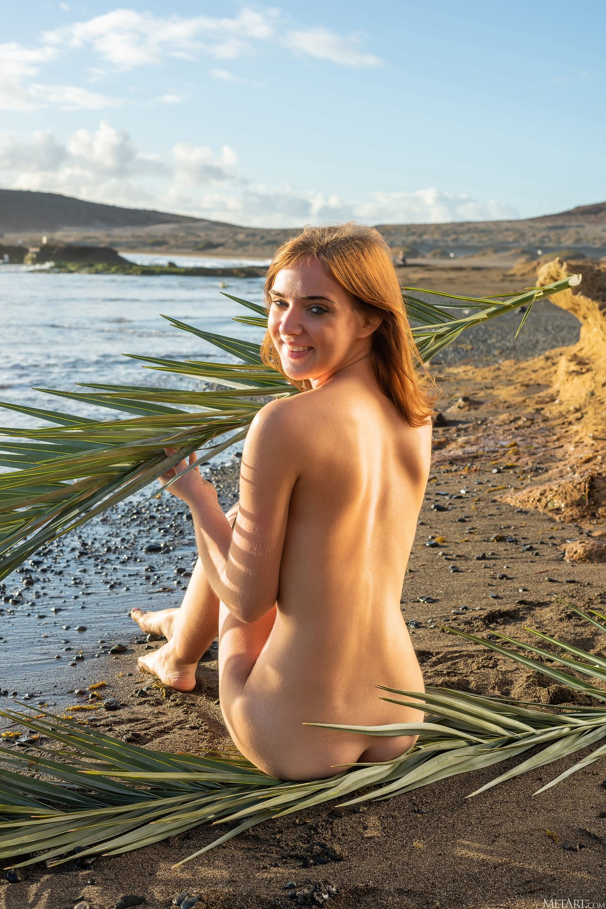 Молодая шатенка развлекается на пляже