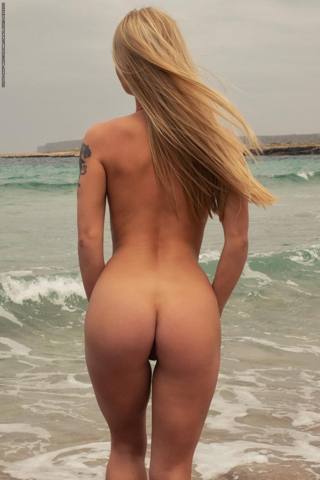 На жарком пляже