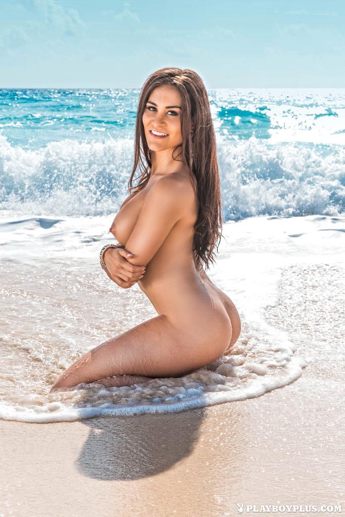 Пляжная шатенка