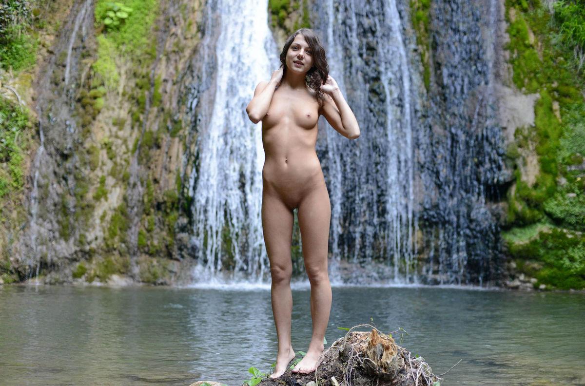 kerala-nude-girls-play-water