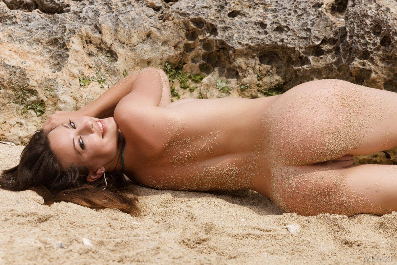 Валяется на песке