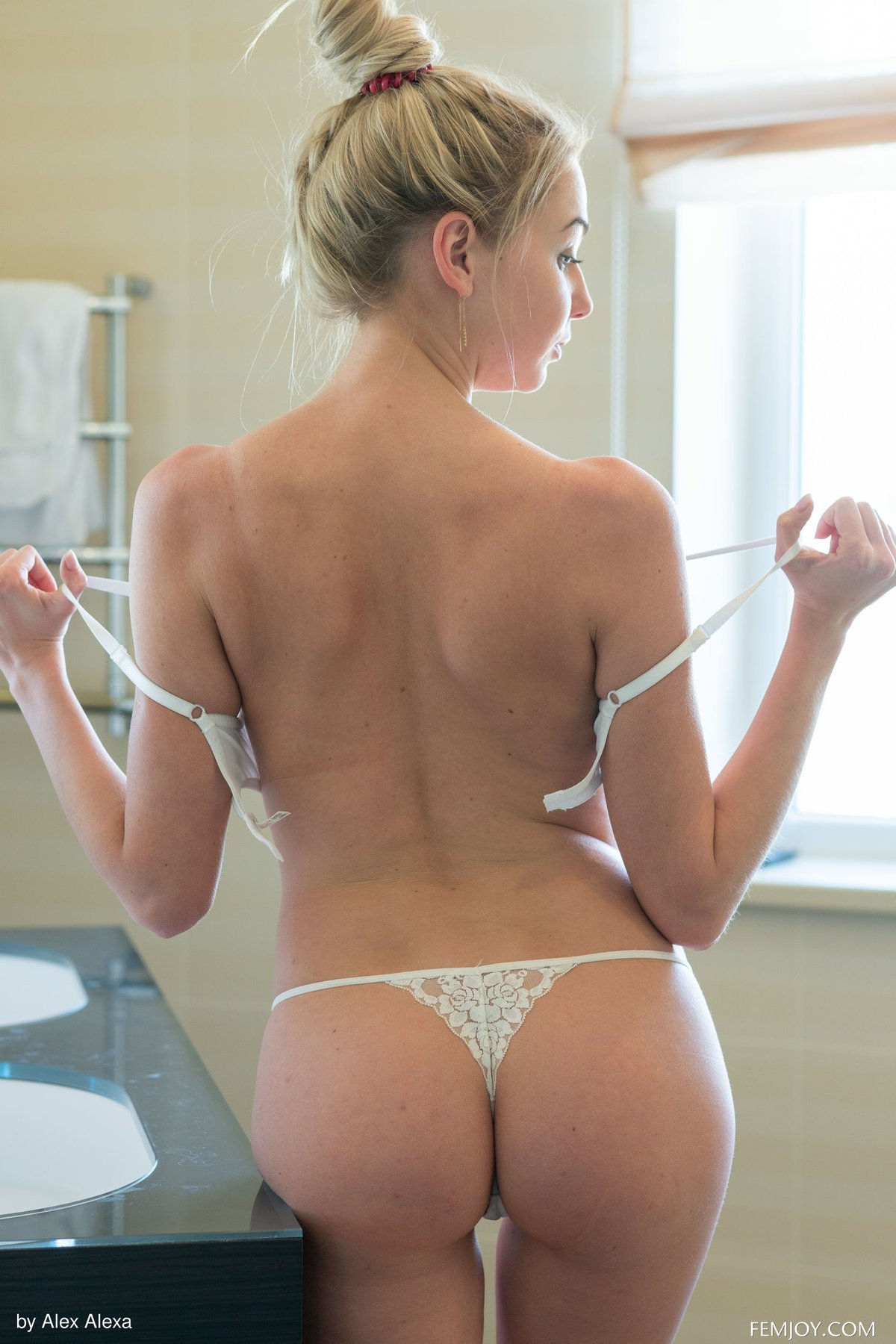 Голая блондинка мочит красивую попку в ванне
