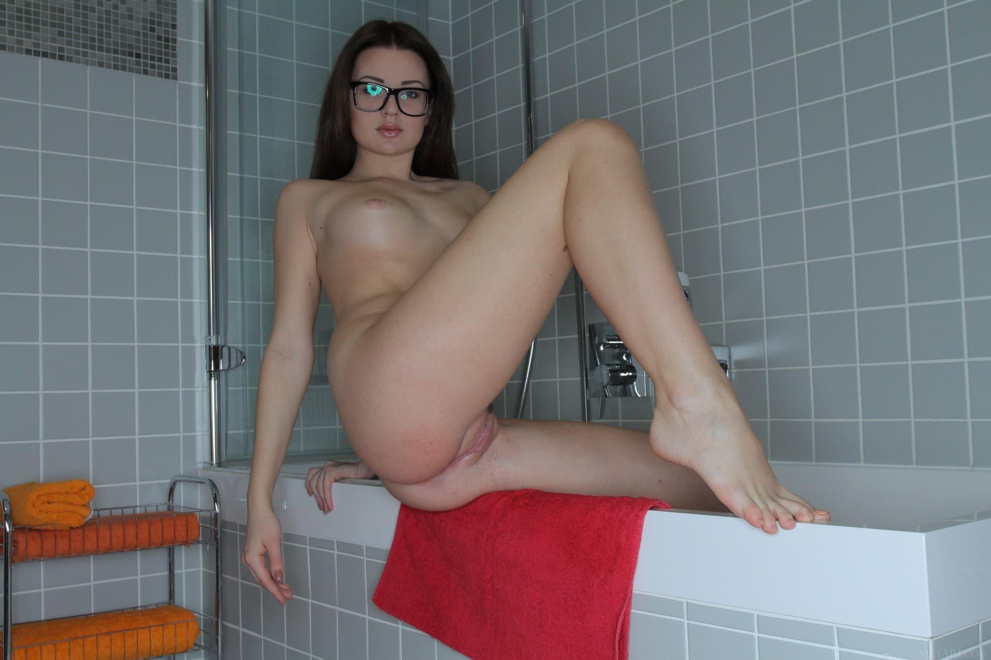 Голая девка в очках вертит жопой в ванной