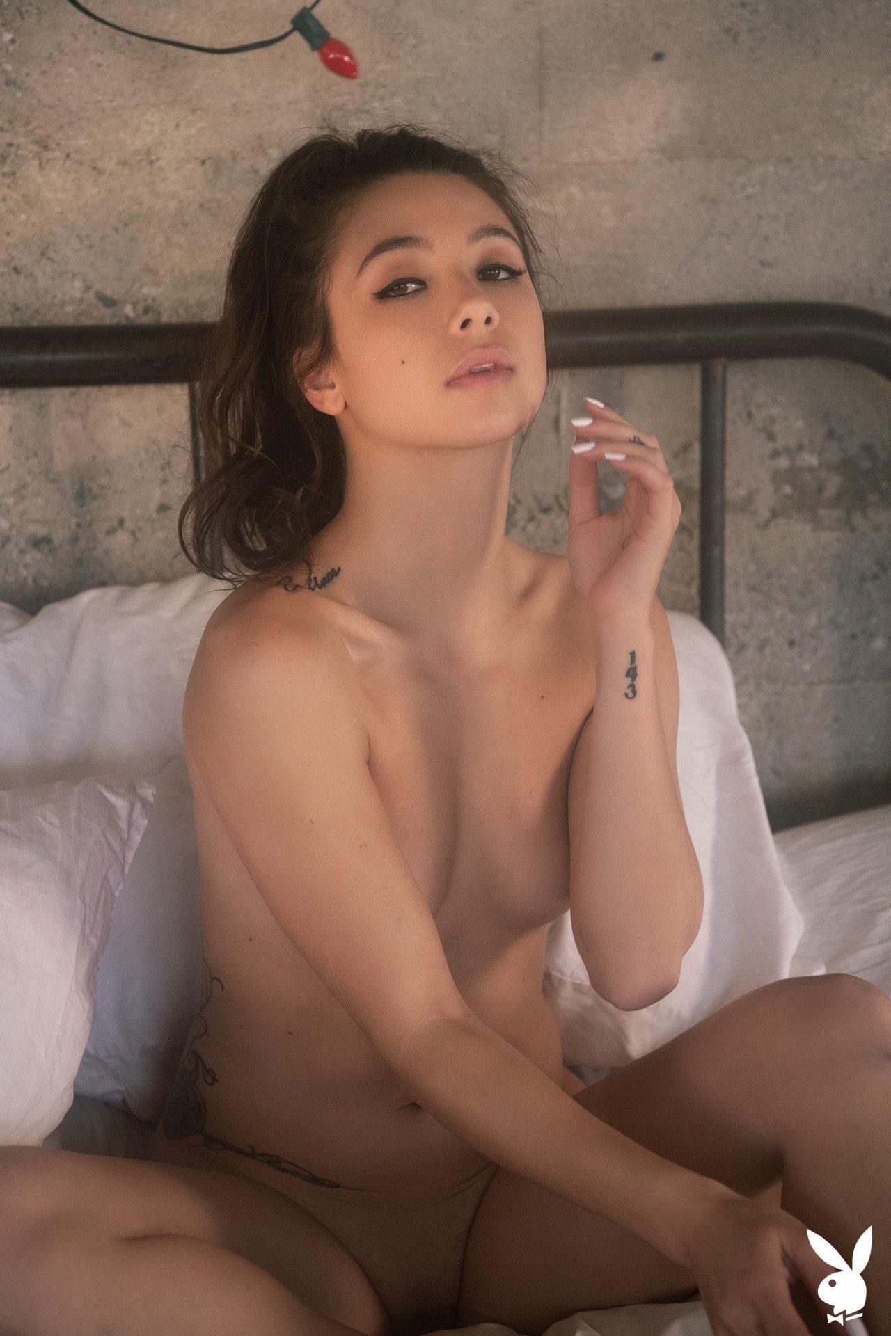 Красивая девушка с плоской попой на кровати