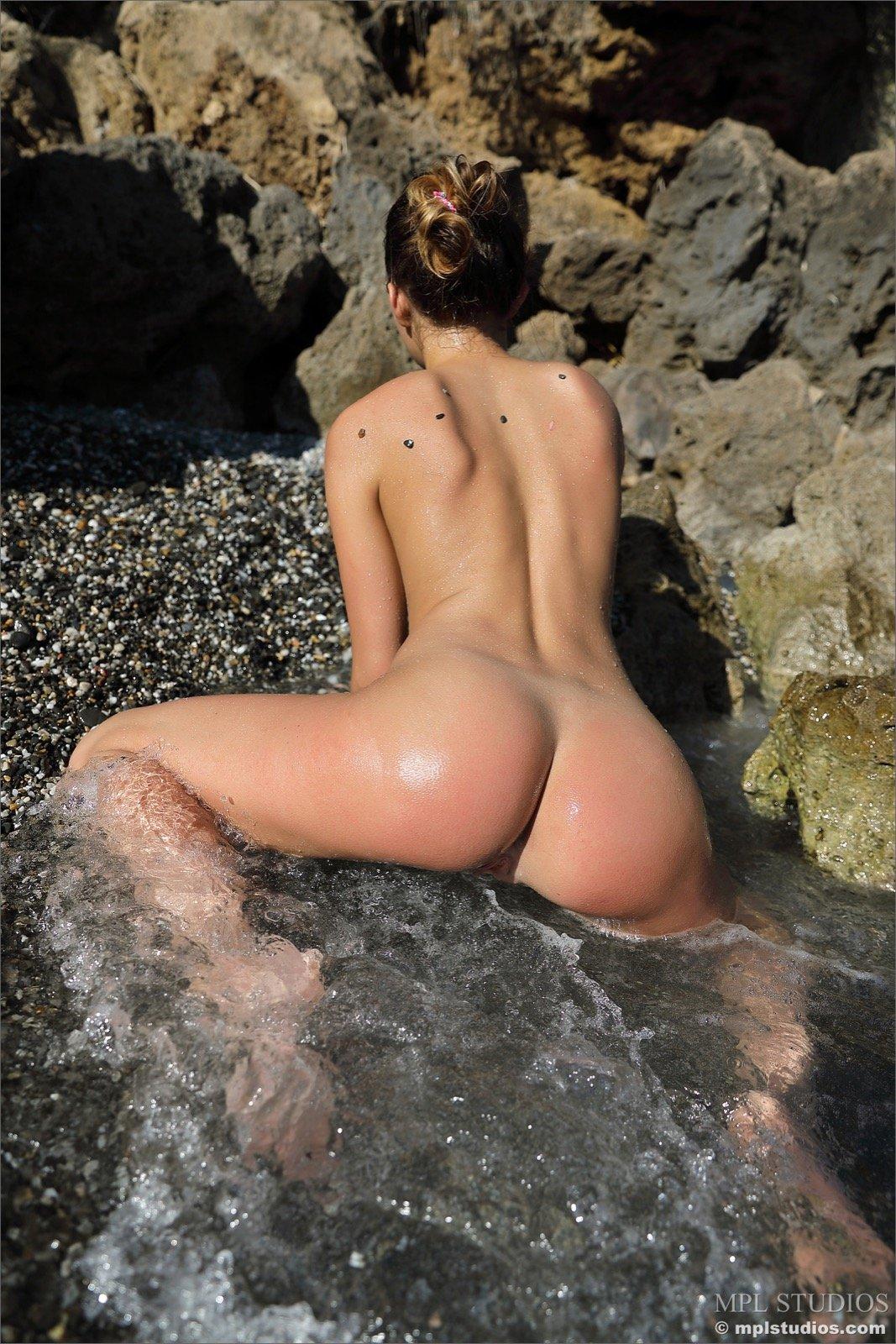 Намочила попку на море