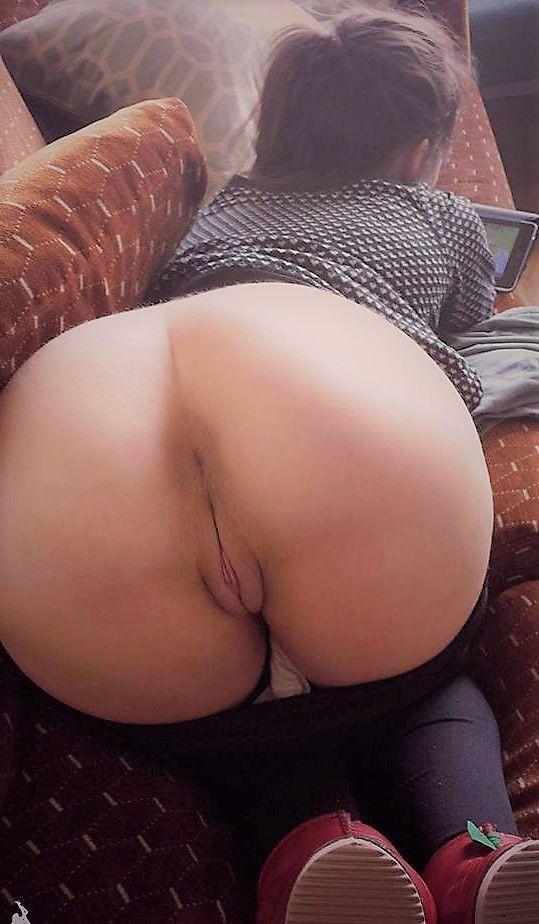 Жопа на диване