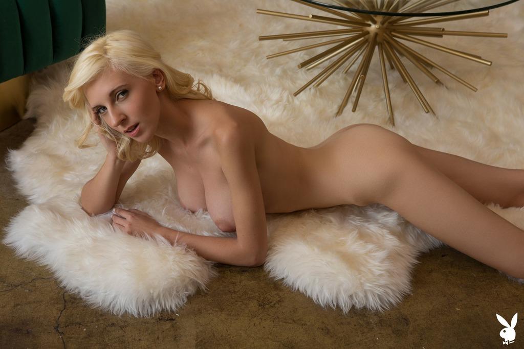 Блондинка с бокалом