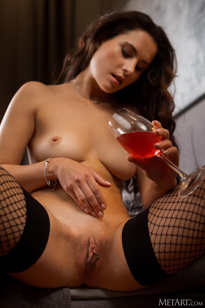 Мария с бокалом вина