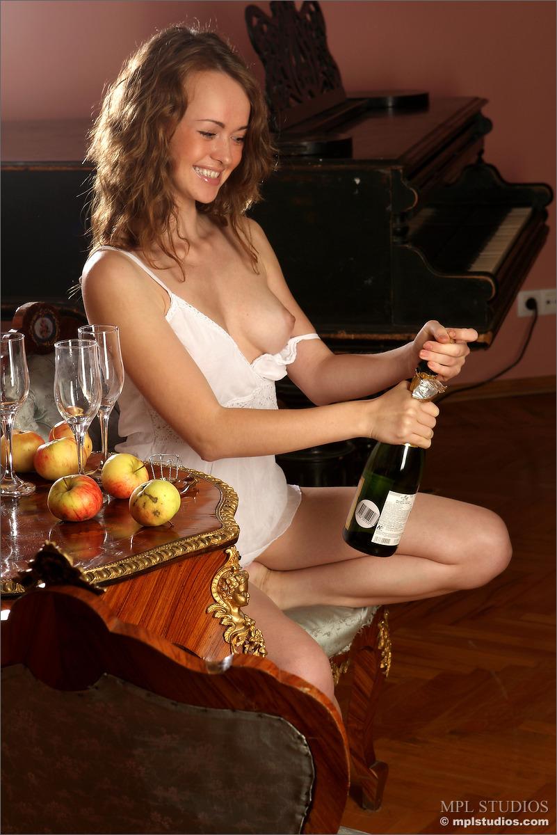 Пьет Шампанское