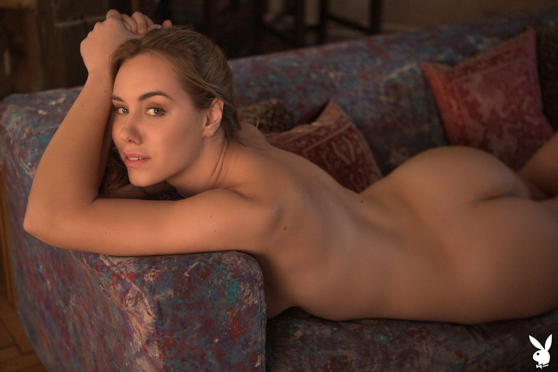 Пьяная девица с большой грудью раздевается до гола