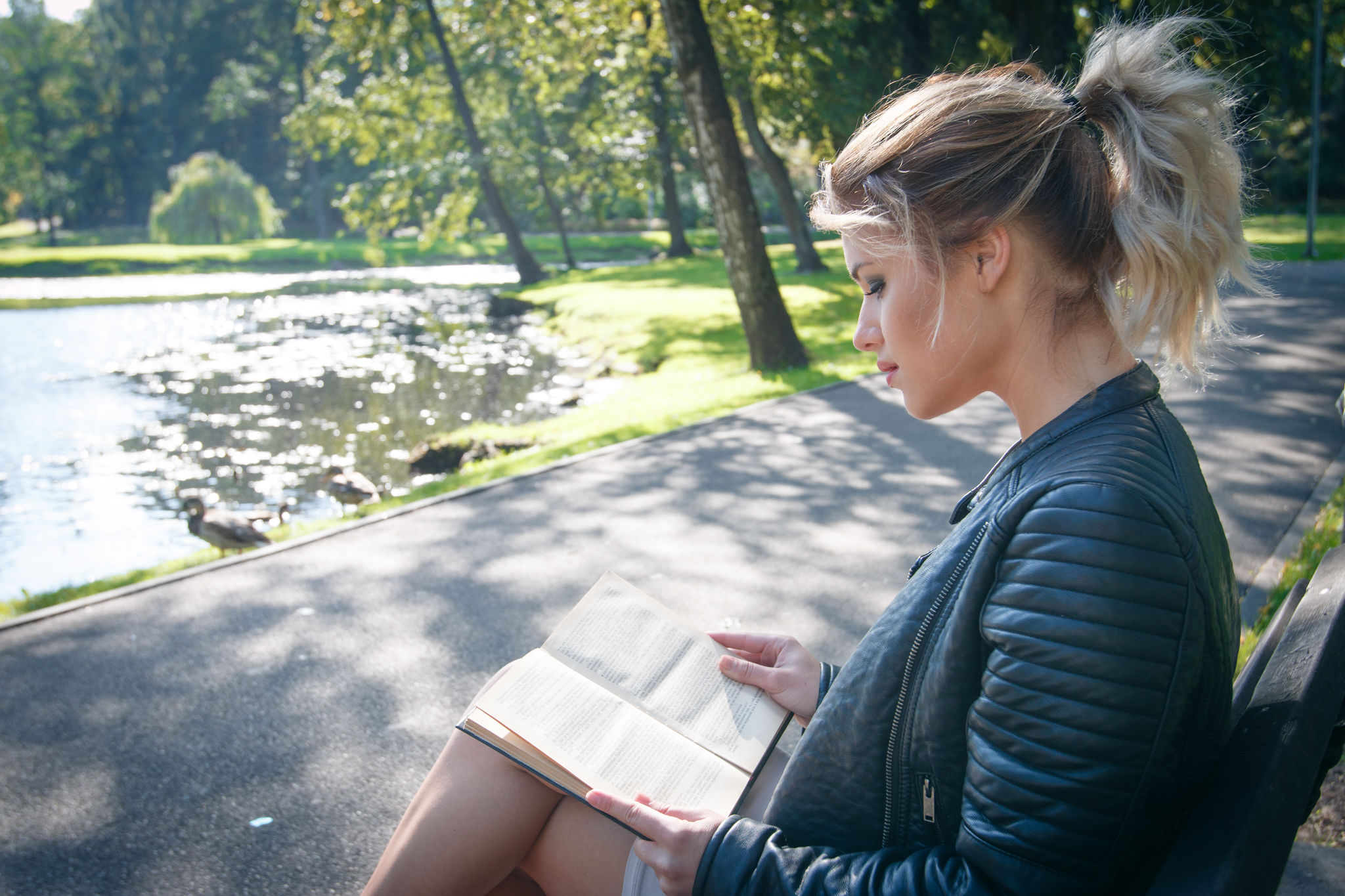 Чтение Русского поэта возбудило красотку