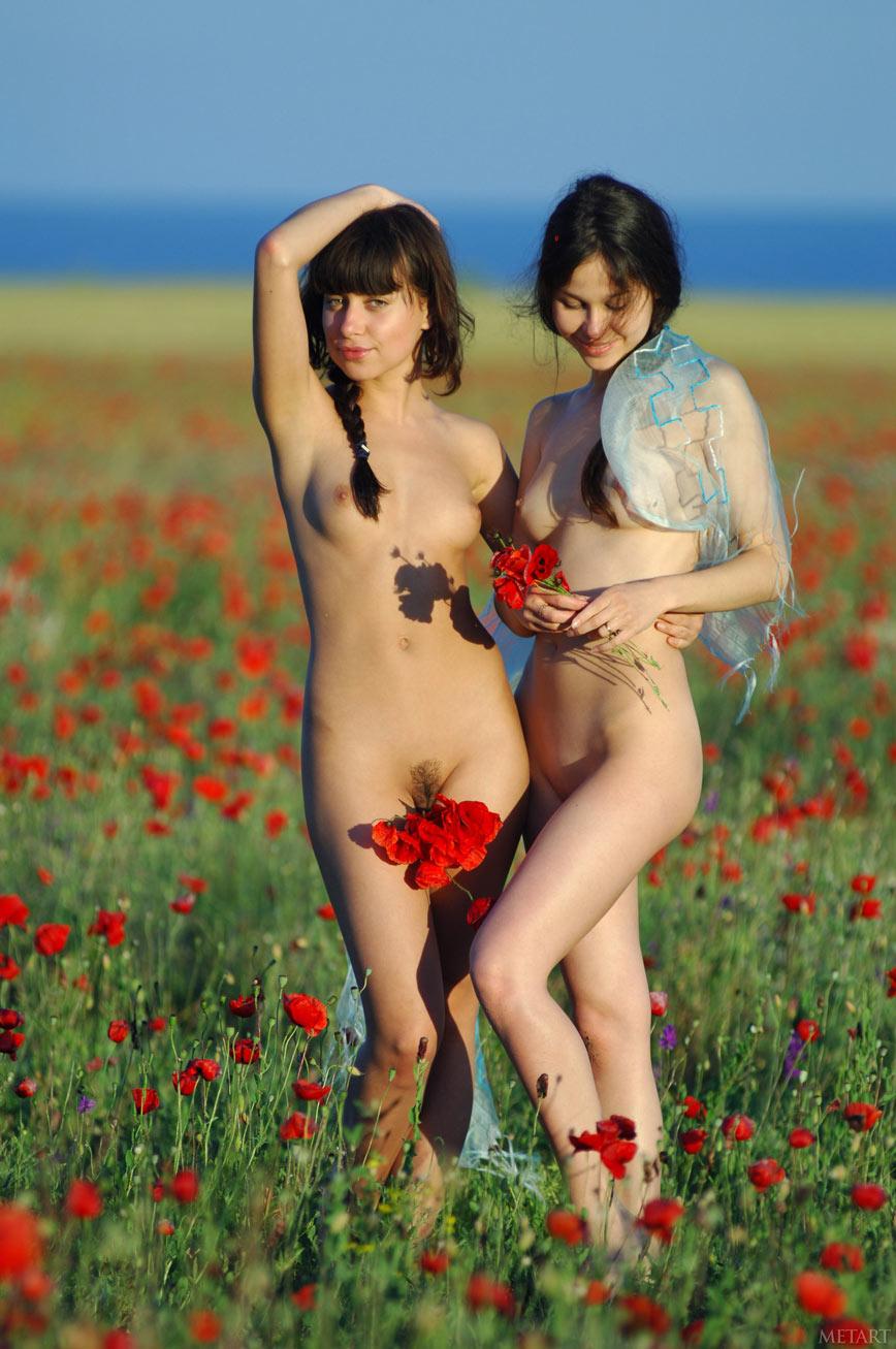 Две подружки в поле