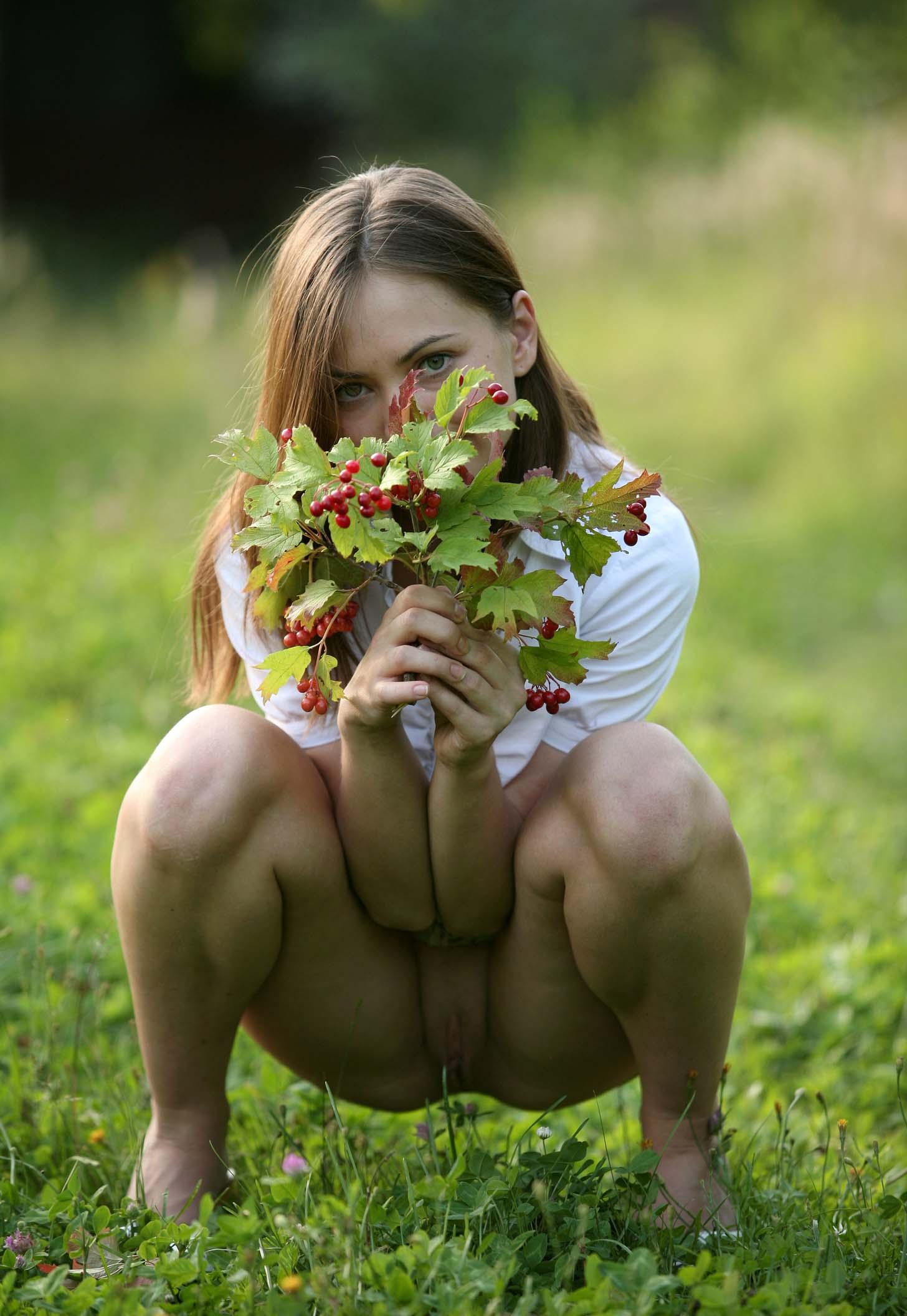 Собирает ягоды без трусов 5