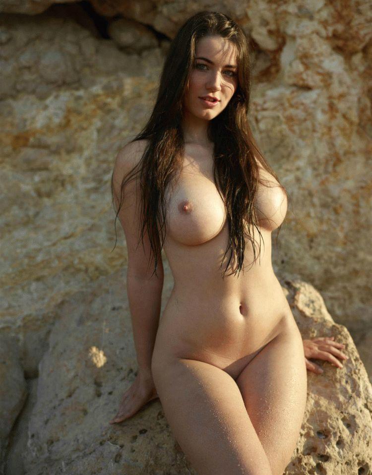правой голые сисястая девушка уходит