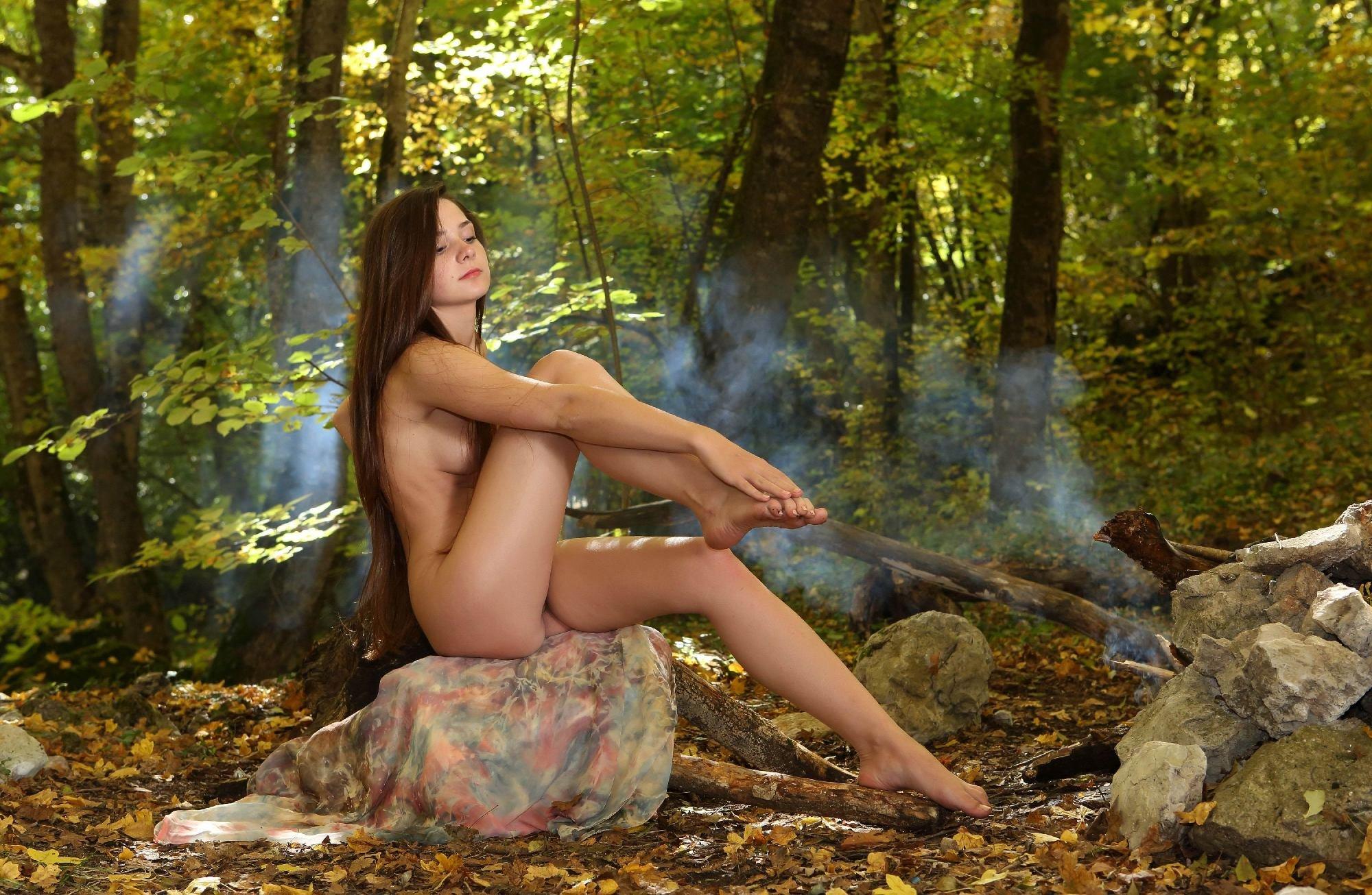Девушка в лесу ню